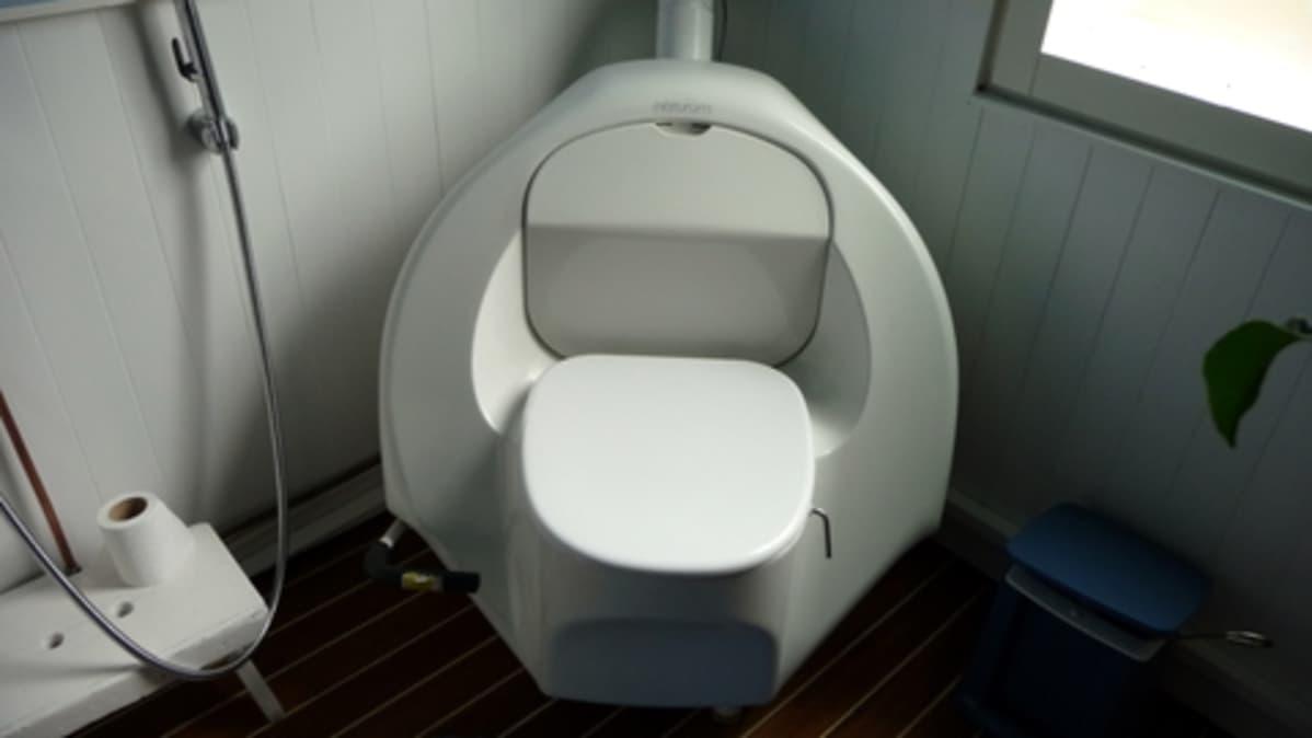 Nykyaikainen kuivakäymälä.