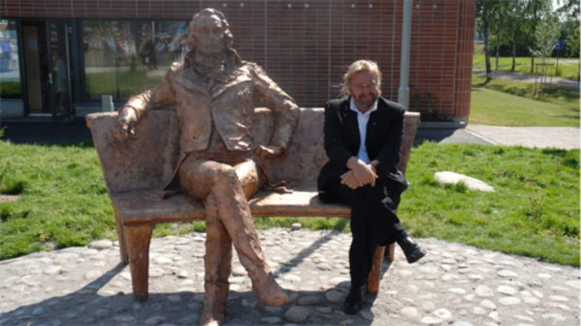 Gustaf Mauritz Armfeltin patsas ja sen veistäjä Matti Peltokangas.