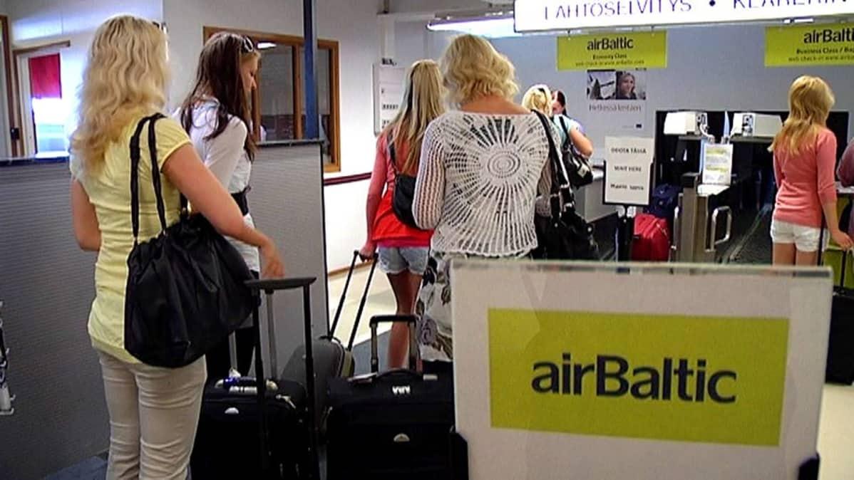 Matkustajia lähtöselvityksessä.