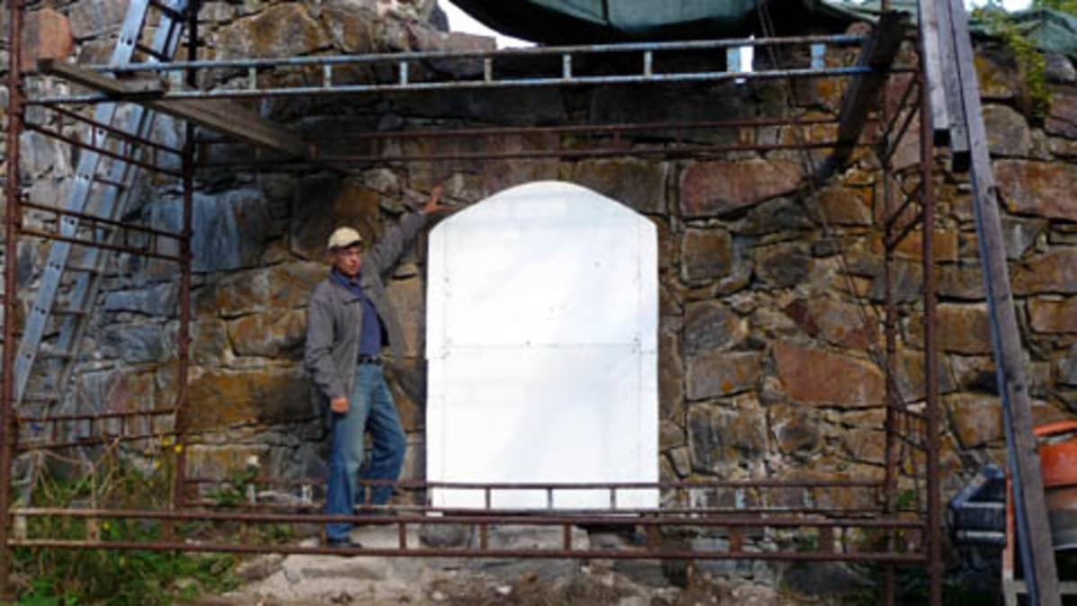 Styrox-levy havainnolistaa linnan vanhimman portin kokoa.