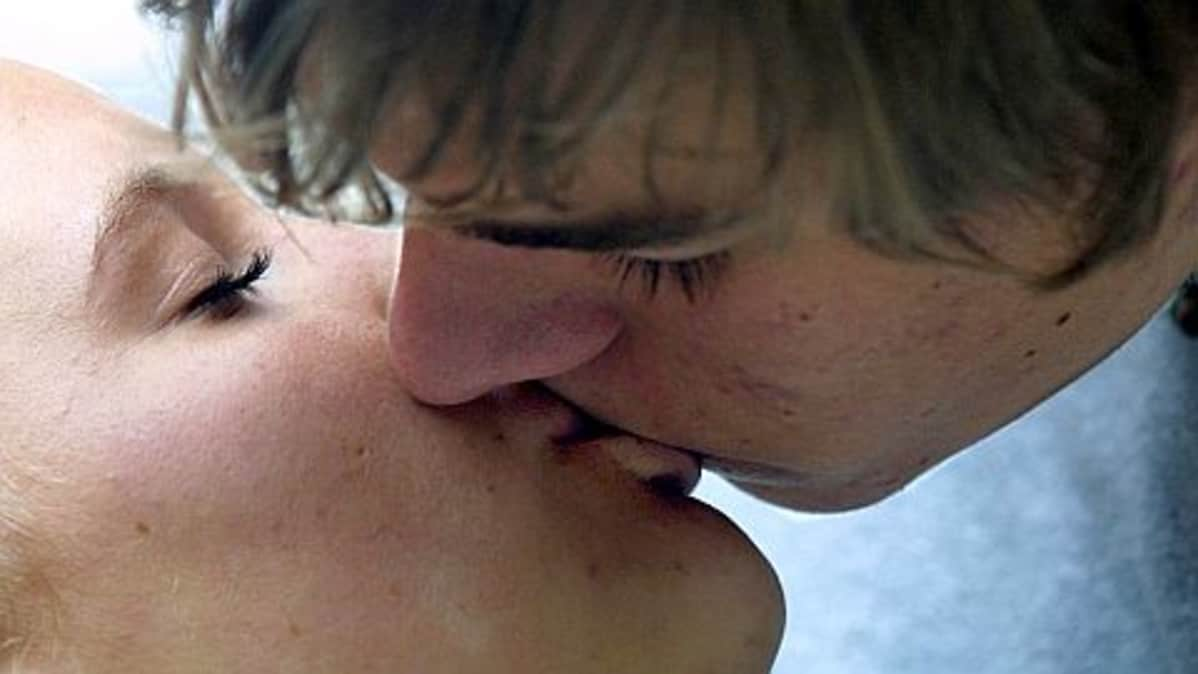 mies ja nainen suutelevat