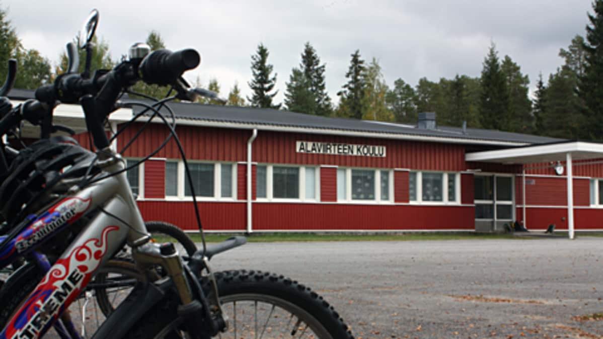 Kuvassa Alaviirteen koulu ja polkupyöriä pihalla