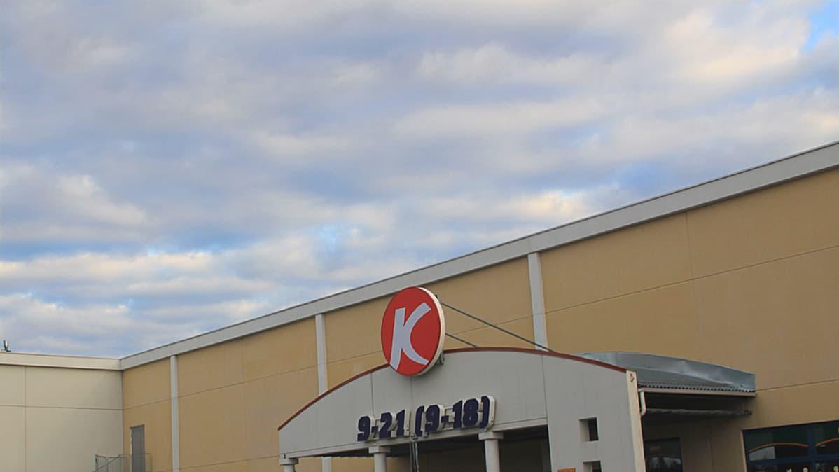 Kuvassa Ylivieskan Kärkkäisen tavaratalon yksi siäänkäynneistä.