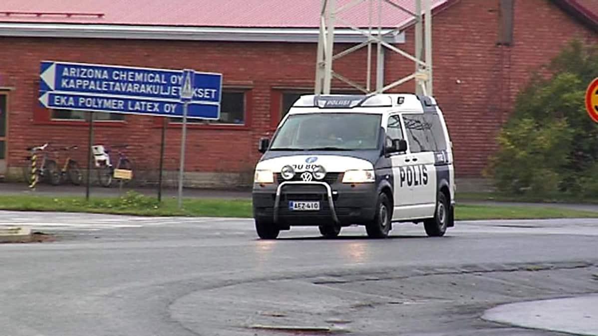Poliisiauto ajaa Arizona Chemicalin tehdasalueella.