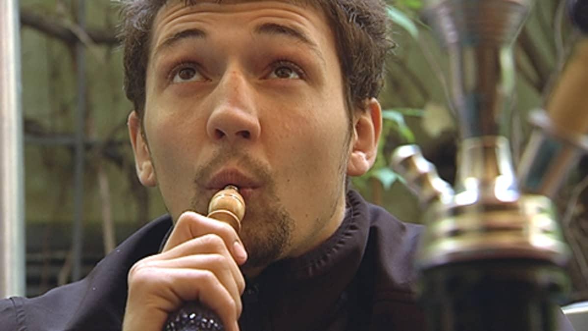 Mies vesipiippu suussaan.