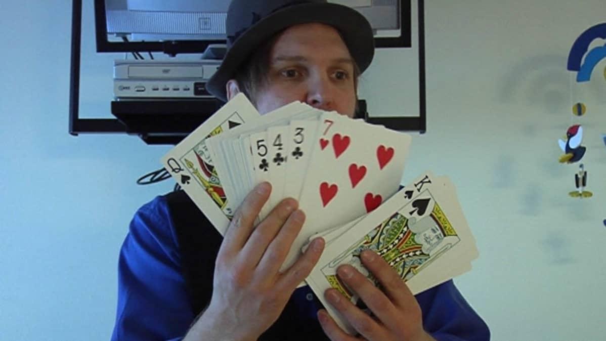 taikuri Alfrendo esittää korttitemppua