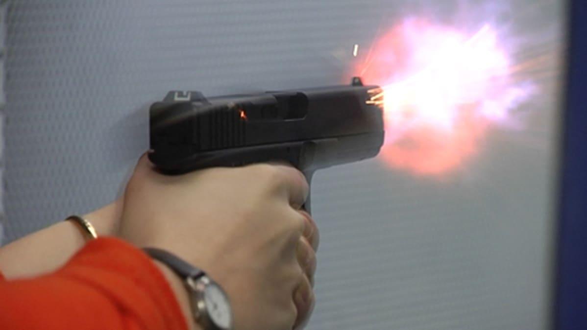 Käsiaseella ammutaan ampumaradalla