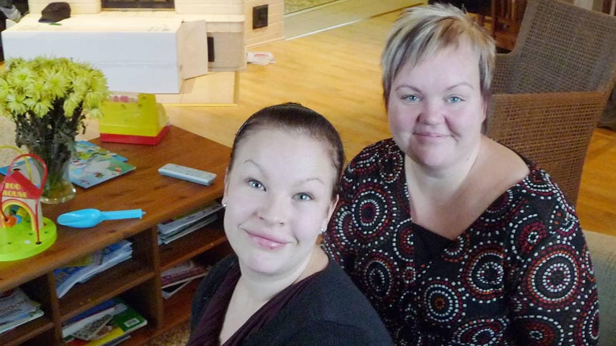 Kuvassa Liisa Lauri ja Nina Karhula Karhin kyläyhdistyksestä