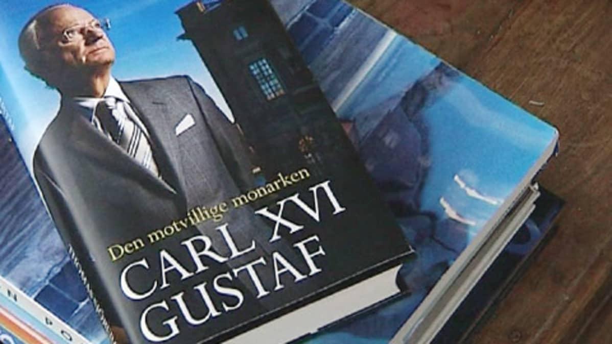 Kaarle XVI Kustaata käsittelevän kirjan kansi.