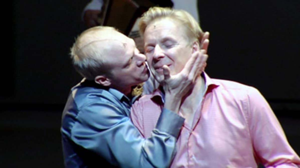 Iikka Forss ja Eero Aho näyttelevät Helsingin kaupunginteatterin näytelmässä Enron.