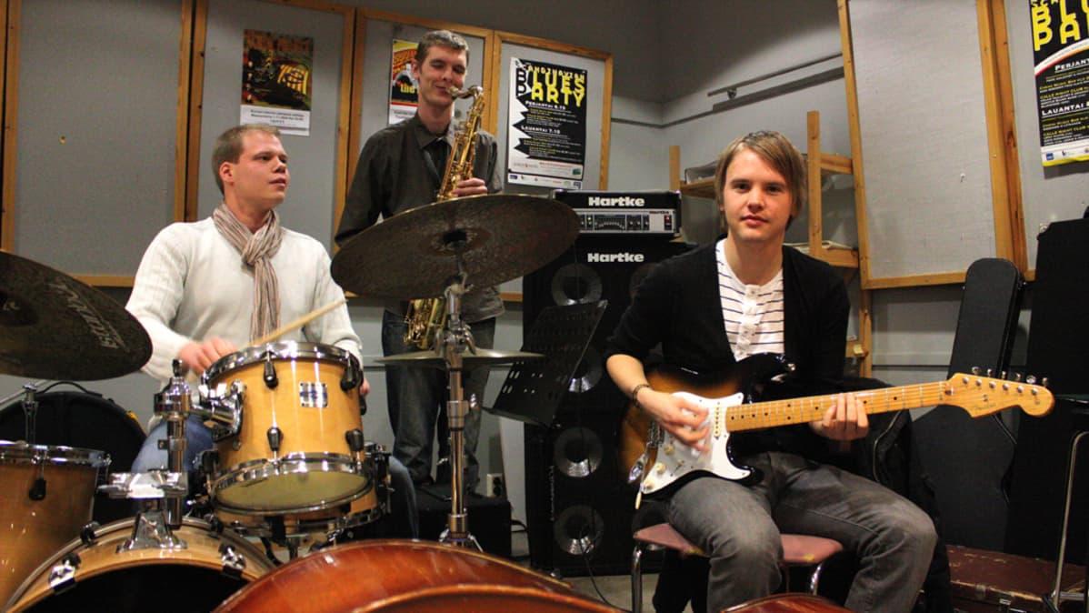 Kuvassa opinnäytekonserttiaan Keski-Pohjanmaan konservatoriossa soittavat Jussi Lahtinen, Jonas Rintala ja Ilkka Kivimäki.