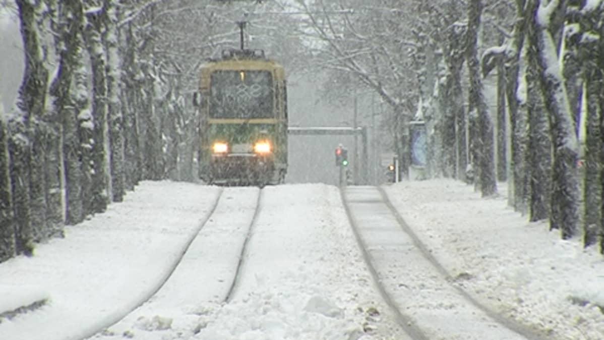 Raitiovaunu lumisateessa.