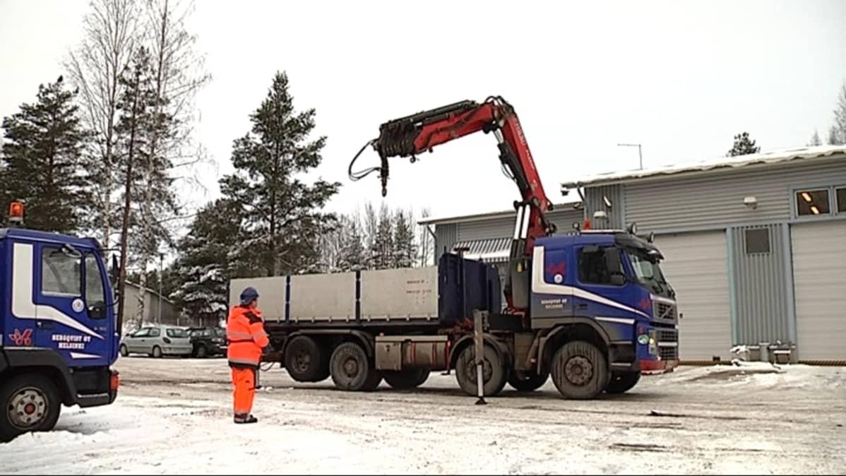 Maanrakennus Katupojat Oy:n nosturiauto Hyrylässä.