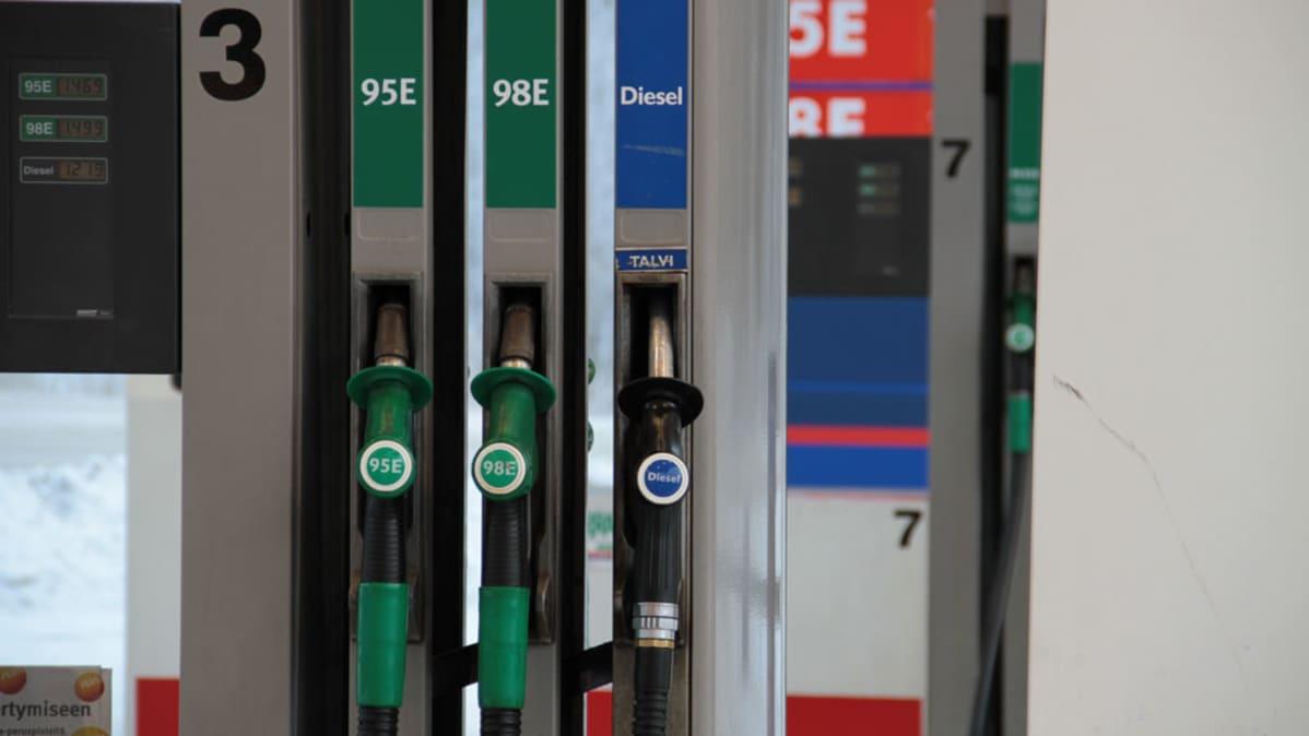 Huoltoaseman bensiini- ja diesel-pumppuja.