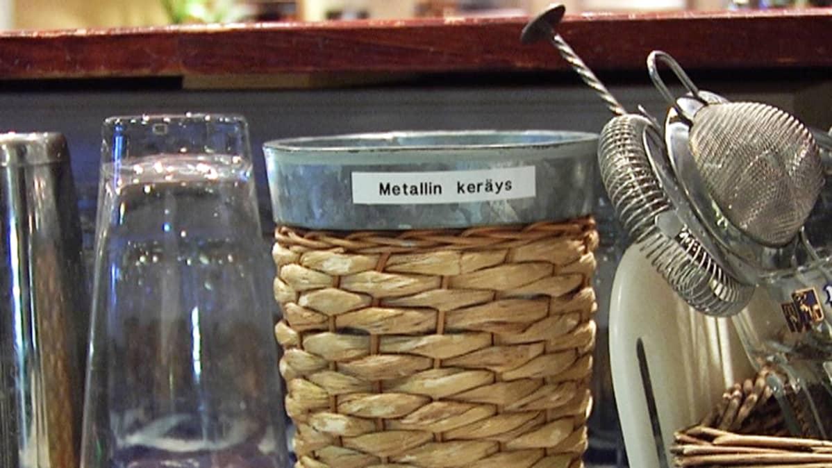 Metallinkeräysastia baarissa