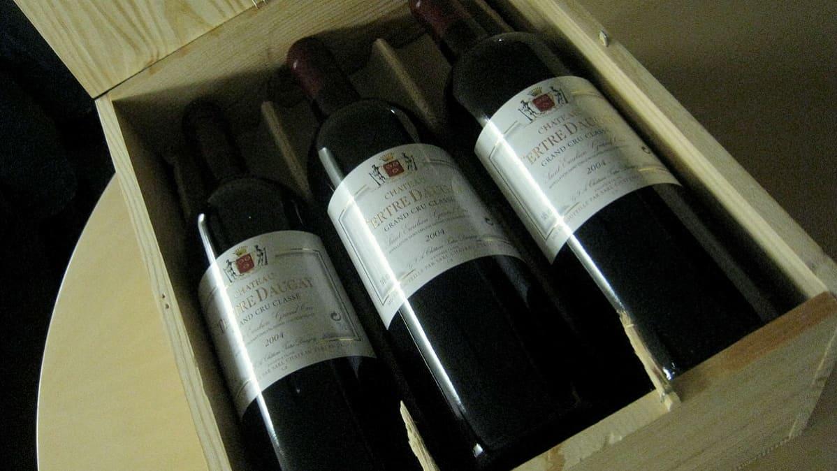 Viinipulloja laatikossa