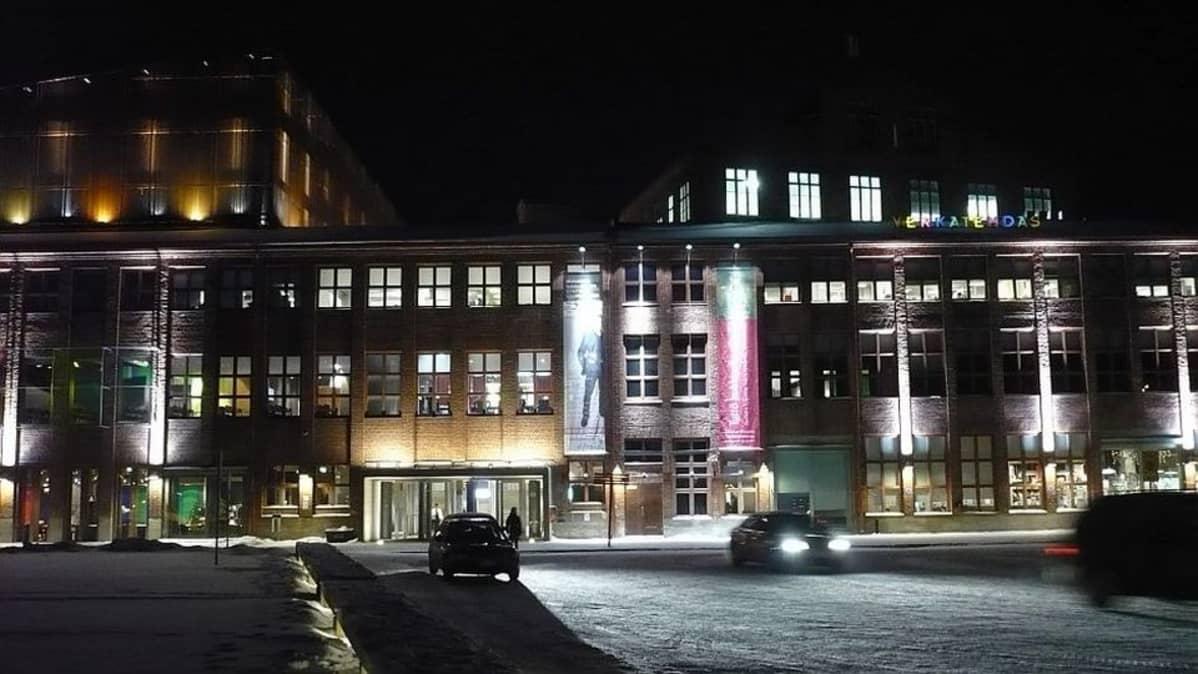 Talvinen Hämeenlinnan Verkatehdas iltavalaistuksessa