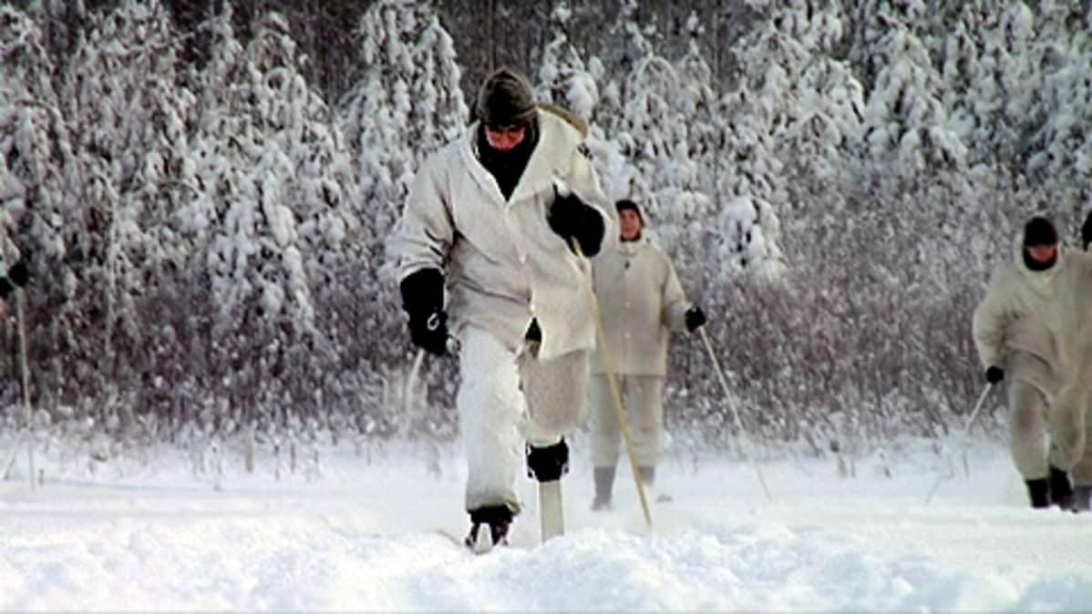Varusmies hiihtää