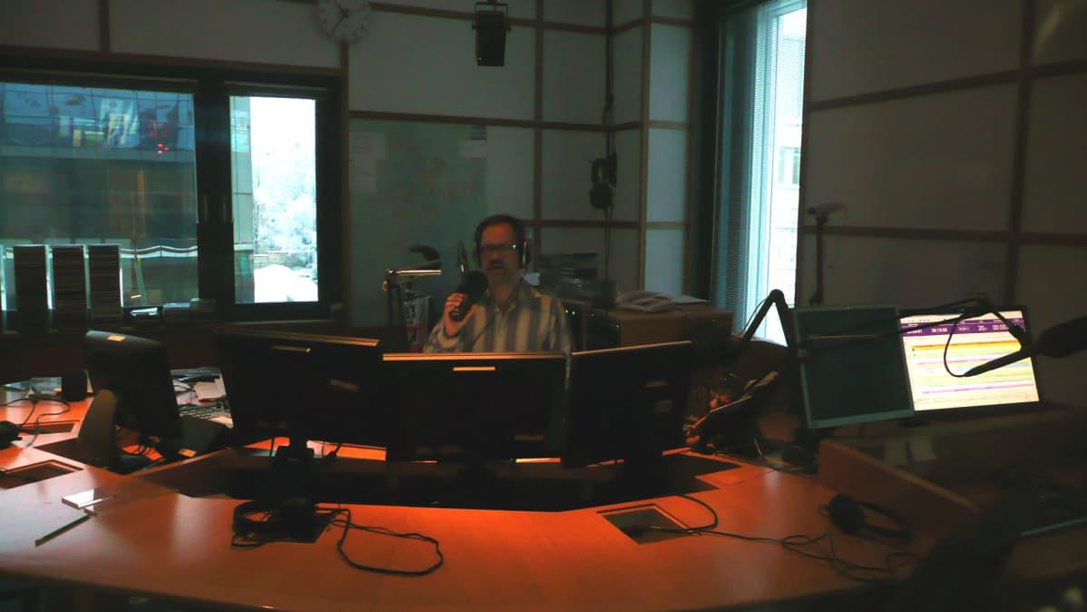 YLE Keski-Suomen studiossa Timo Hytönen
