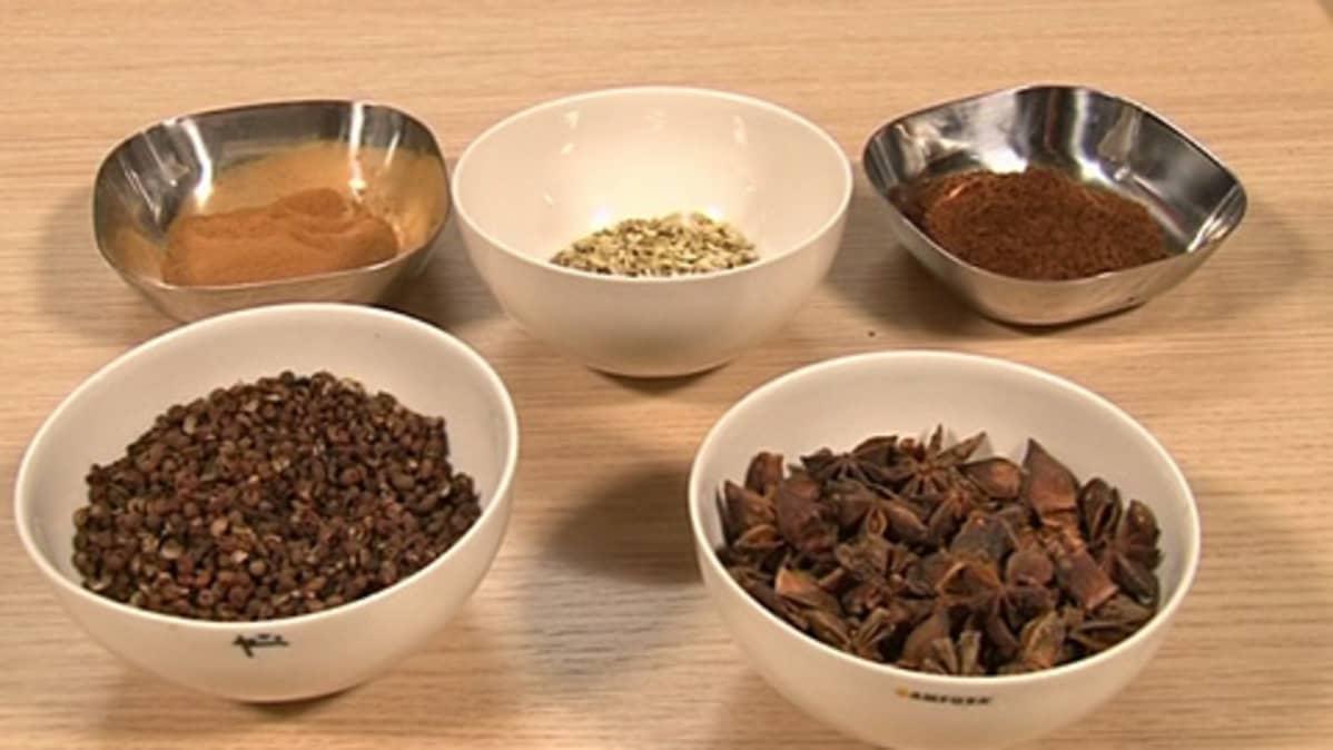 Anu Brask valmisti omia maustesekoituksia.