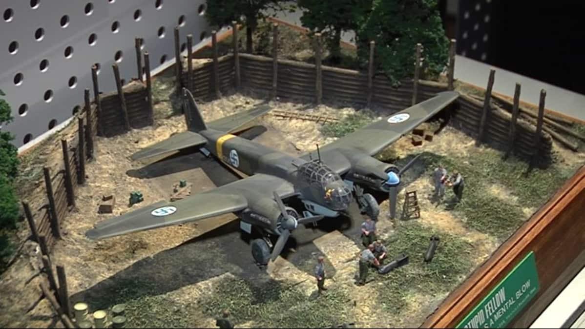 Junkers-pommikoneen pienoismalli.