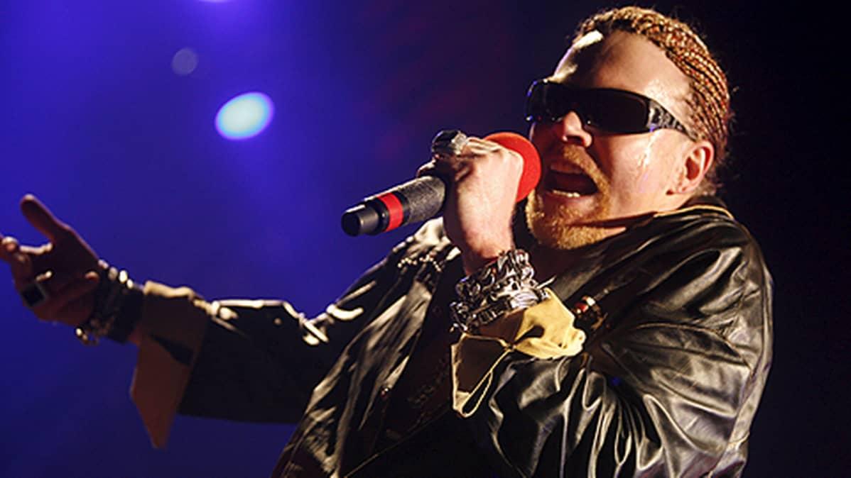Guns N' Roses -yhtyeen laulaja Axl Rose esiintyy.