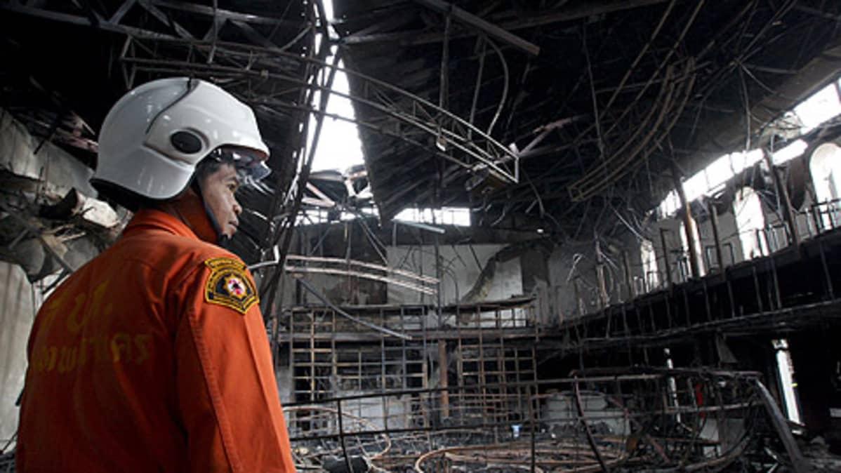 Palomies tutkii palon tuhoja.