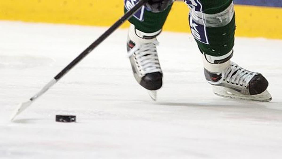Jääkiekkoluistimet ja jääkiekko