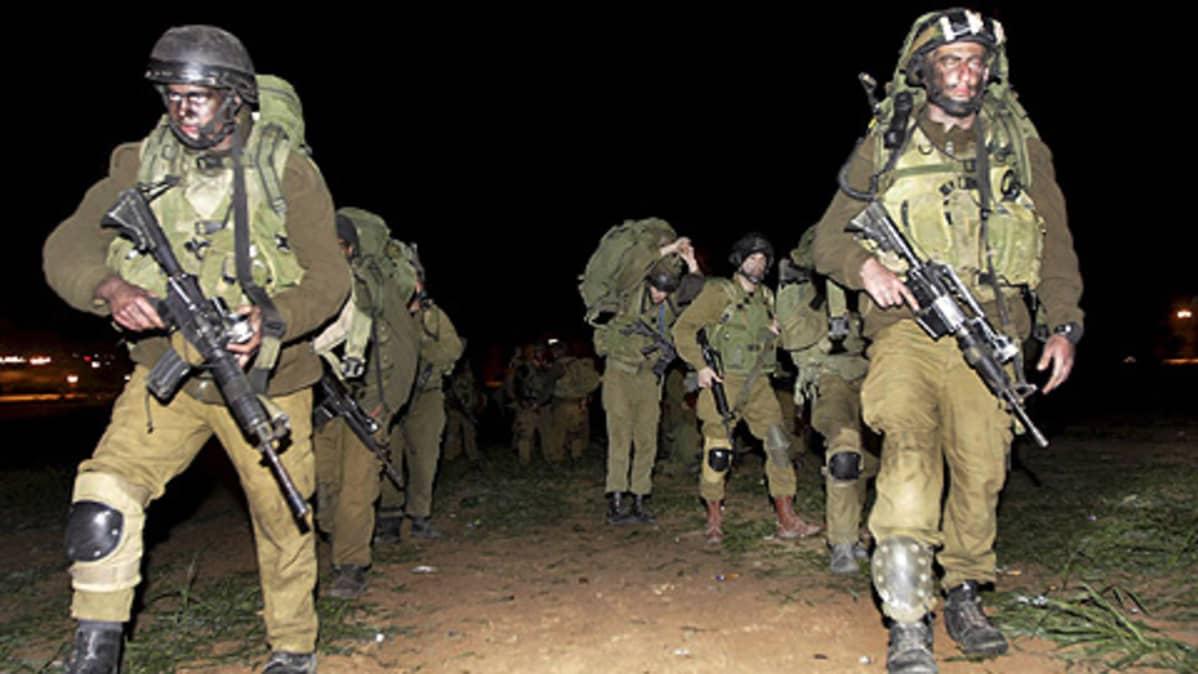 Israelilaissotilaat marssivat myöhään 3. tammikuuta Gazan kaistalla Israelin aloitettua maahyökkäyksensä.