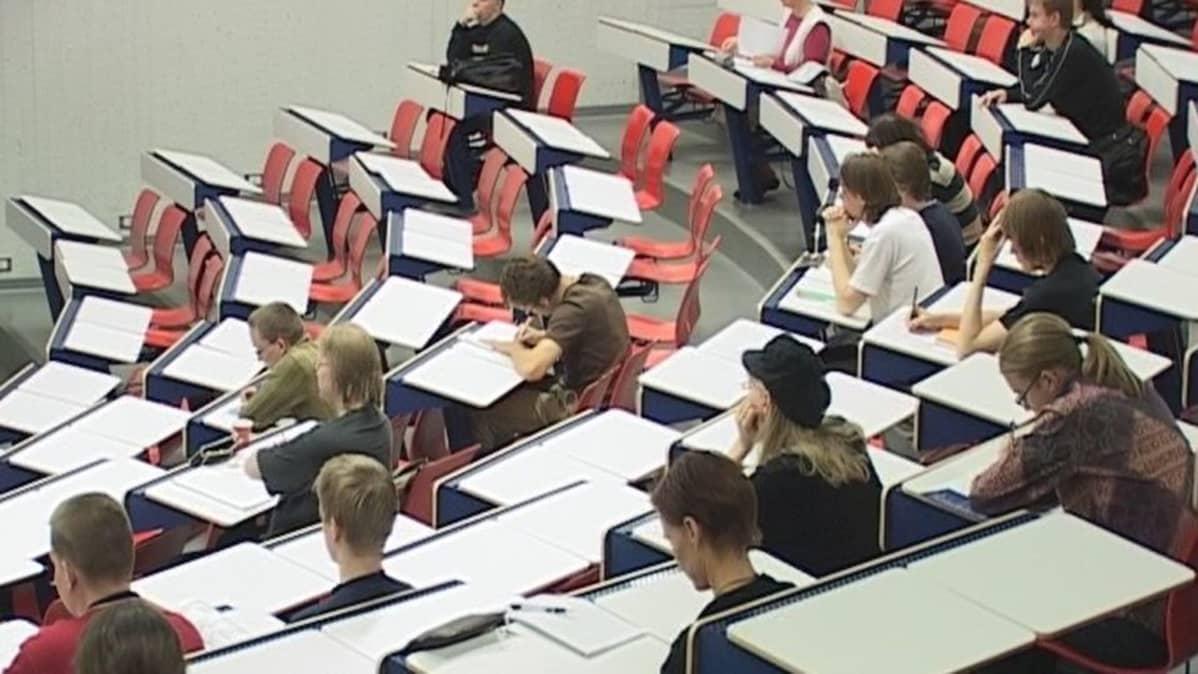Opiskelijoita Oulun yliopiston luentosalissa.