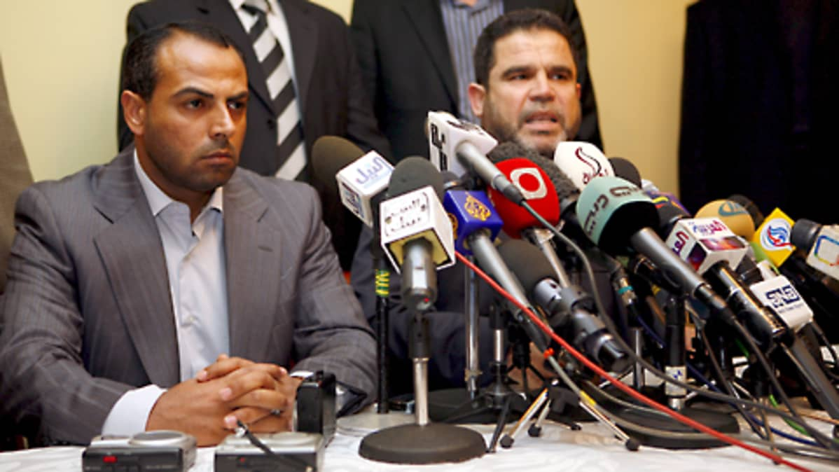 Hamasin jäsenet Salah Bardawel ja  Ayman Taha lehdistötilaisuudessa Kairossa