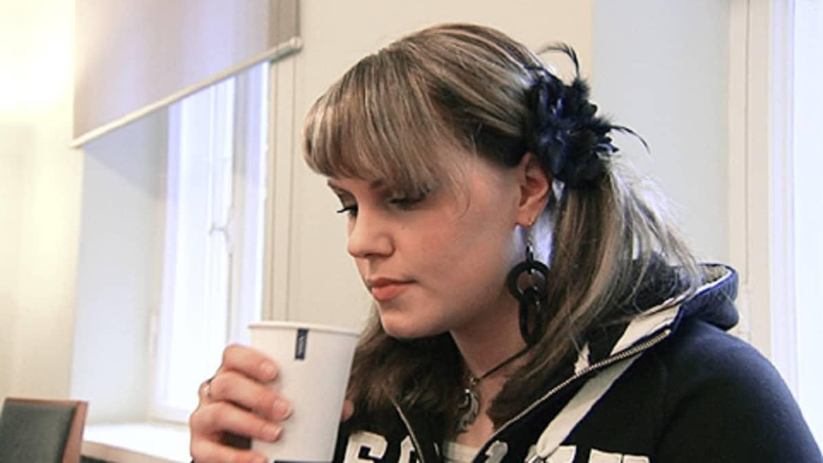 Tyttö juo kahvia