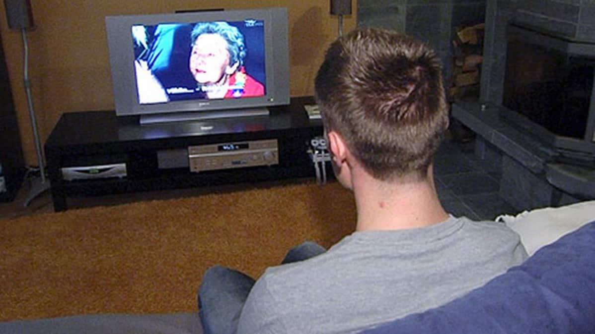 Mies katsoo televisiota