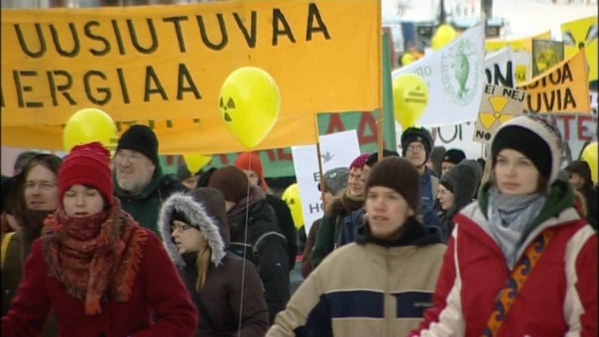 Mielenosoittajia Oulussa