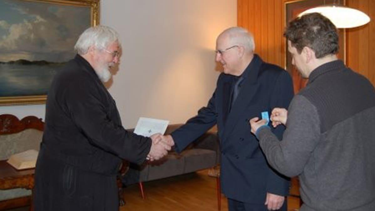 Arkkipiispa Leo ja äänitarkkailija Seppo Lehtonen.