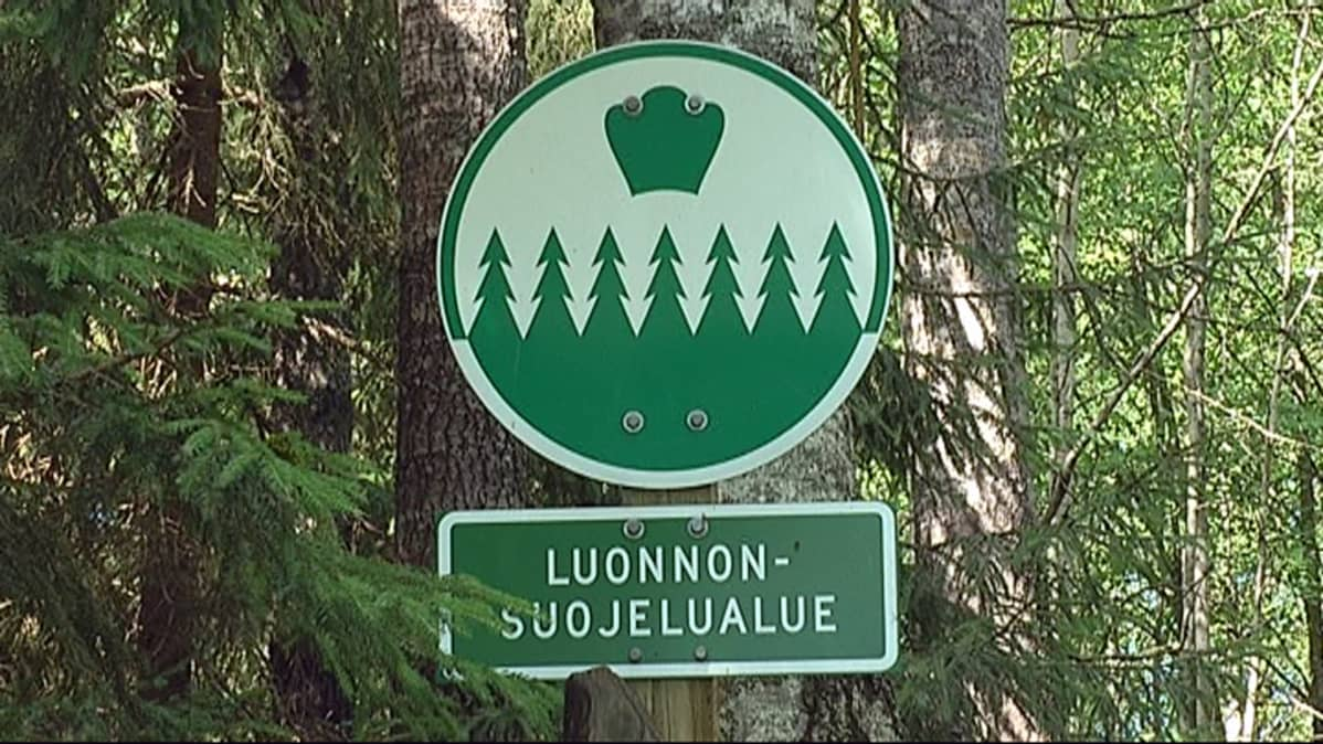 Luonnonsuojelualueen kyltti.