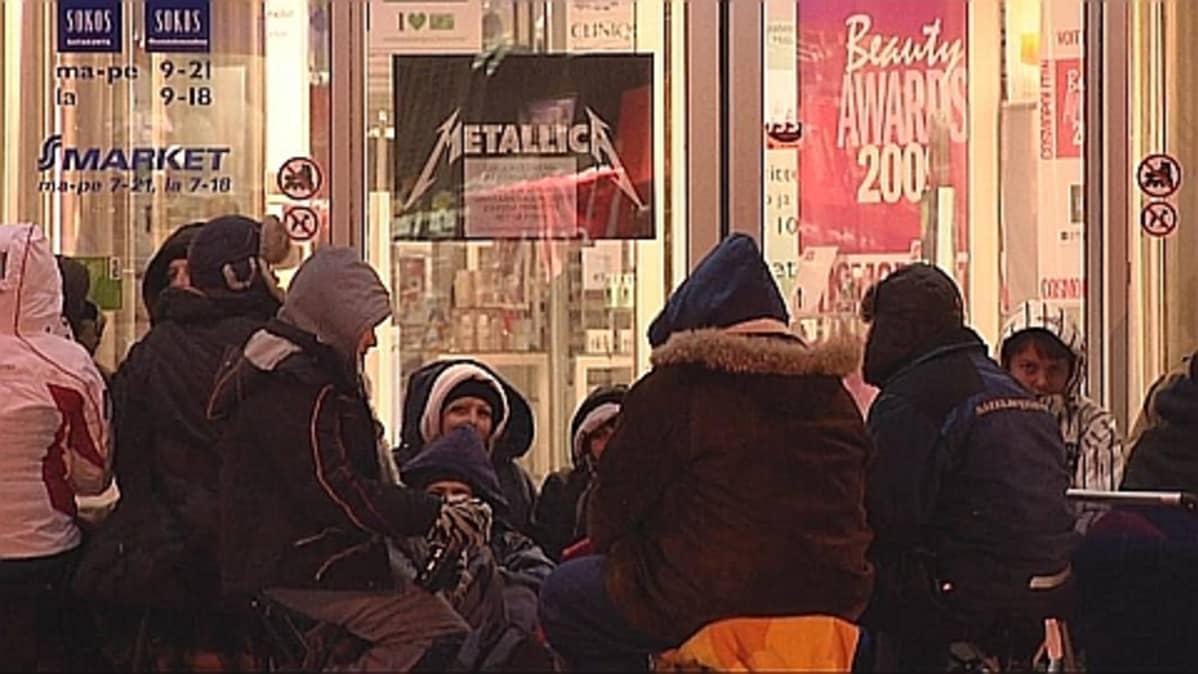 Innokkaimmat jonottajat olivat saapuneet Sokoksen ovelle jo sunnuntain alkuillasta.