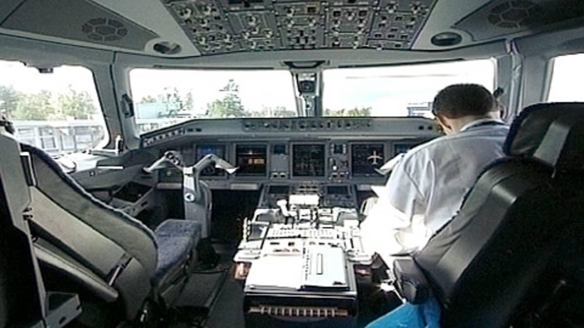 Lentäjä lentokoneen ohjaamossa