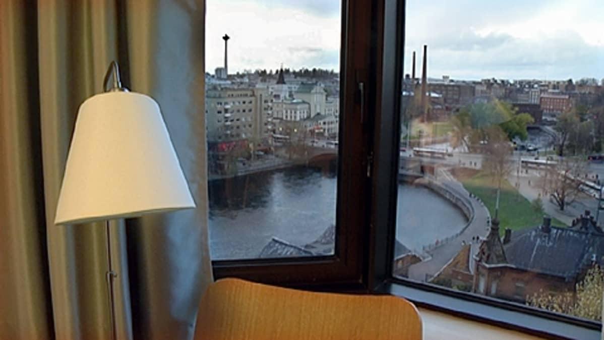Maisema Tammerkoskelle Hotelli Ilveksen huoneen ikkunasta