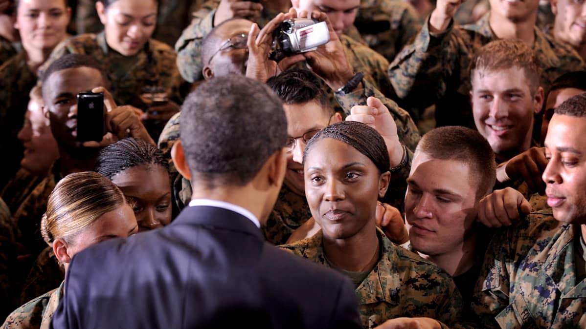 Barac Obama tapasi merijalkaväen sotilaita Pohjois-Carolinassa 27. helmikuuta 2009.