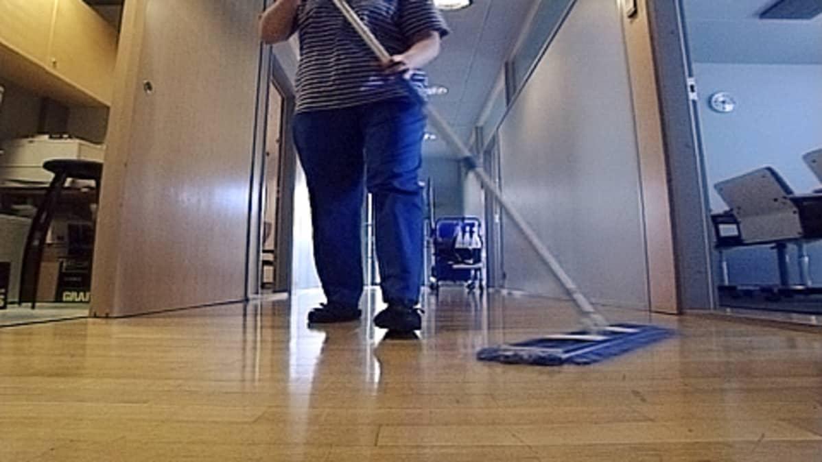 Siivoja työssään