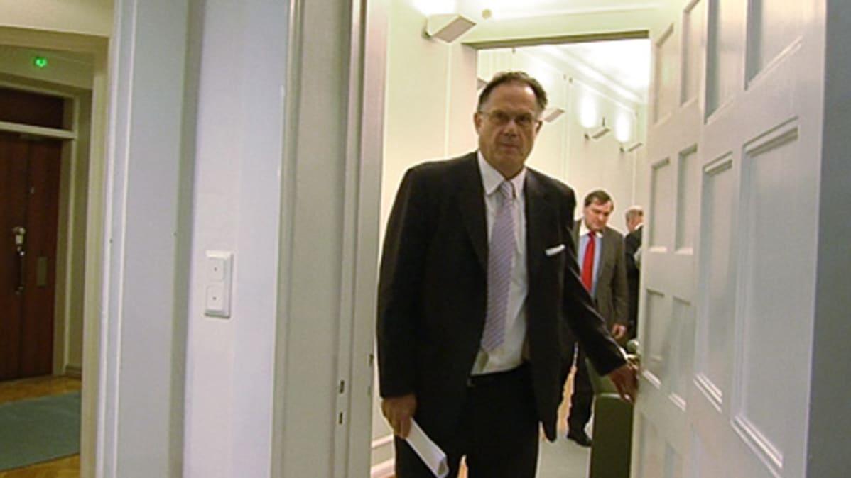 Valtakunnansovittelija Juhani Salonius tulossa lentäjälakon sovitteluista.