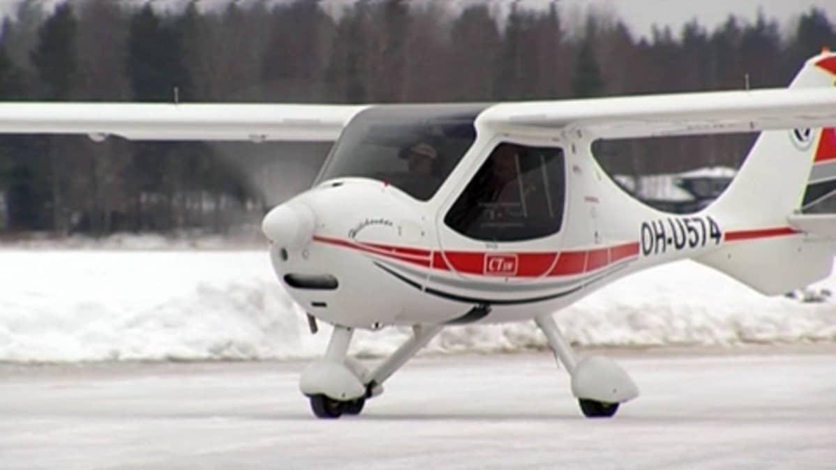 Ultrakevyt lentokone kiitoradalla, lumikinoksia.
