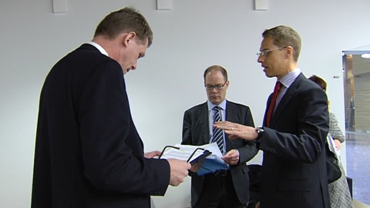 Matti Vanhanen ja Alexander Stubb keskustelevat.