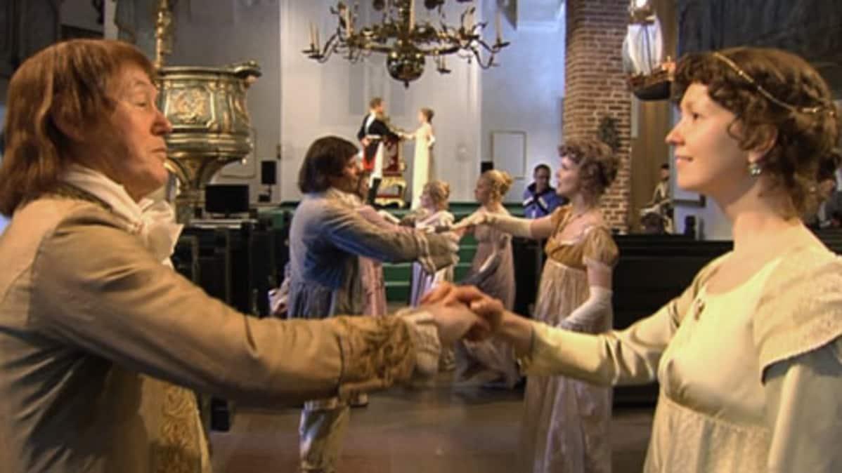 Tanssijat pyörähtelevät käsikädessä Porvoon tuomiokirkossa.