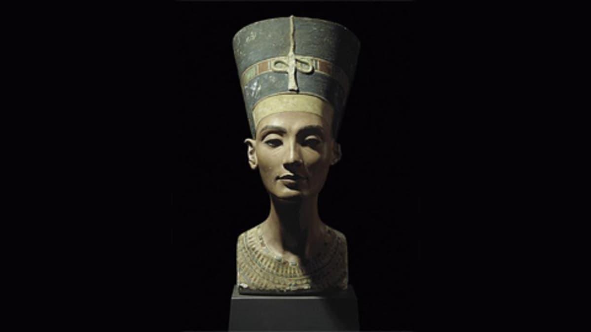 Nefertitin rintakuva Altes Museumin kokoelmassa.