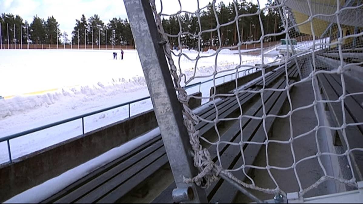 Harjun kenttä on vielä lumen peitossa. JJK:n ensimmäinen kotipeli Veikkausliigassa on tarkoitus pelata 23. huhtikuuta.