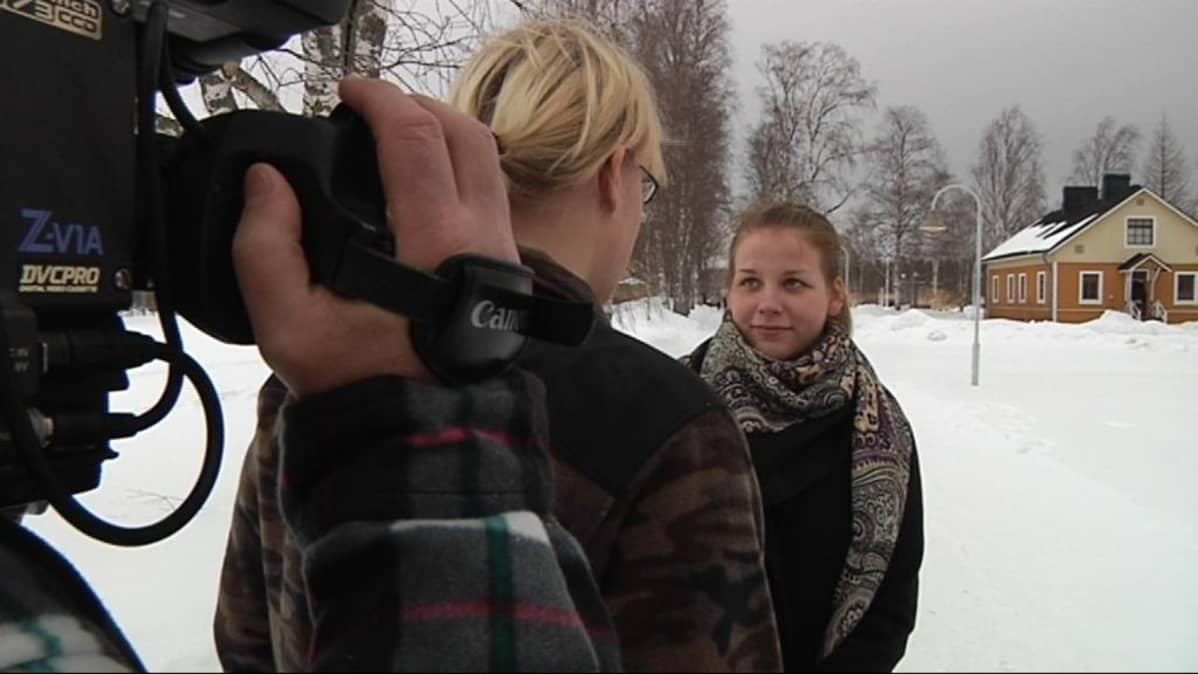 Elokuvaleiriläiset harjoittelevat kameratyöskentelyä.