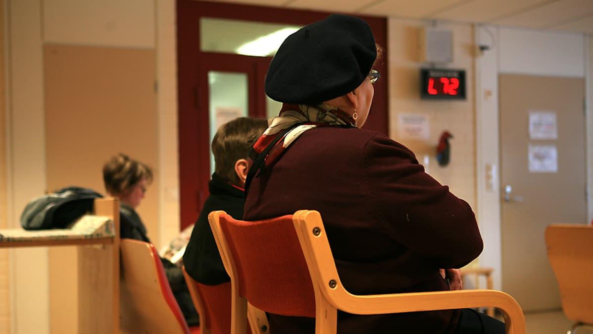 Potilaat jonottavat Kotkansaaren terveysasemalla