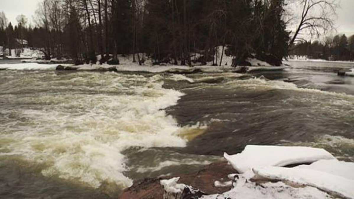 Kymijoki virtaa voimalla.